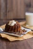 与黄油奶油和敬酒的核桃的巧克力橙色蛋糕 免版税库存照片