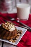 与黄油奶油和敬酒的核桃的巧克力橙色蛋糕 免版税库存图片