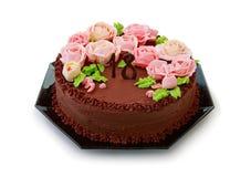 与黄油奶油玫瑰的巧克力蛋糕为第18个生日 免版税库存照片