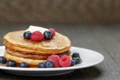 与黄油berrys和槭树的经典薄煎饼 库存图片