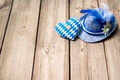 与巴法力亚帽子和心脏的背景 免版税库存照片