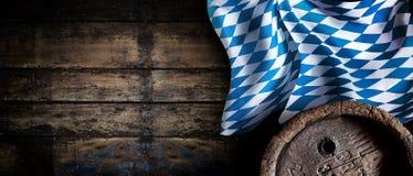 与巴法力亚旗子的慕尼黑啤酒节土气背景 库存照片