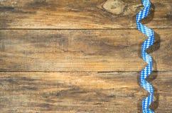 与巴法力亚蓝色白色样式丝带的土气慕尼黑啤酒节背景 库存图片