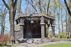 与水泥和石灰华-熔岩著名洞穴的复制品的眺望台-城市公园 库存照片