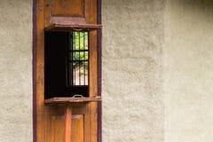 与水泥墙壁的木窗口开头 免版税图库摄影