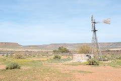 与水泵风车和水坝的典型的农厂场面 库存照片