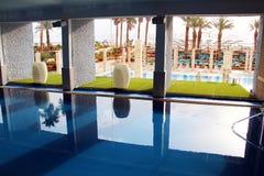 与死海的矿泉水的游泳池 图库摄影