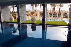 与死海的矿泉水的游泳池 库存图片