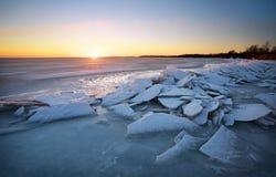 与冻湖和日落天空的冬天风景 库存图片