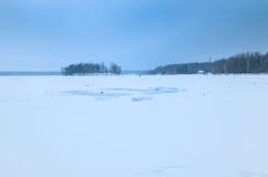 与冻湖的冬天风景 免版税图库摄影