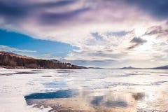 与冻湖的意想不到的冬天风景 免版税库存照片