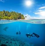 与轻潜水员和女用披巾的水下的珊瑚礁 图库摄影