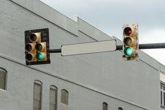 与绿灯的空白的路牌 免版税库存照片