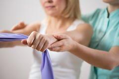 与锻炼带的妇女训练 库存照片