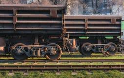 与货物无盖货车的火车站 免版税库存图片
