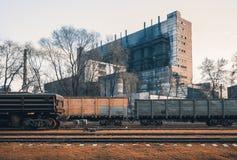 与货物无盖货车的火车站 免版税库存照片
