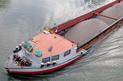 与货物的驳船 免版税库存图片