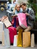 与购物袋的年轻成人 免版税库存照片
