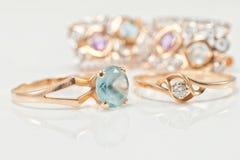 与黄玉和金刚石套的两只金戒指耳环 免版税库存照片