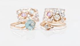 与黄玉和金刚石套的两只金戒指耳环 免版税库存图片