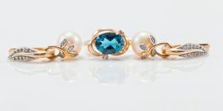 与黄玉和金耳环的典雅的金戒指用自然梨 库存图片