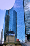 与玻璃反射的现代大厦芝加哥河,伊利诺伊 库存照片