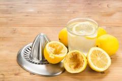 与玻璃和剥削者的新近地被紧压的有机柠檬汁 免版税库存照片