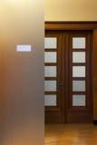 与玻璃和板材的木门在一个可敬的办公室 免版税库存照片