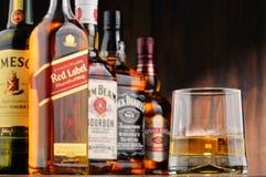 与玻璃和瓶的构成几个威士忌酒品牌 免版税库存照片