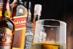 与玻璃和瓶的构成几个威士忌酒品牌 库存图片