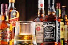 与玻璃和瓶的构成几个威士忌酒品牌 免版税库存图片