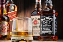 与玻璃和瓶的构成几个威士忌酒品牌 图库摄影