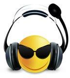 与玻璃和耳机的面带笑容DJ 皇族释放例证