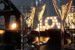 与玻璃和蜡烛的浪漫桌 库存照片