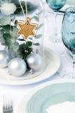 与玻璃圆顶焦点的蓝色圣诞晚餐桌设置 免版税库存照片