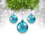 与玻璃垂悬的球和冷杉枝杈的新年背景 免版税图库摄影