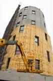与玻璃棉的大厦在建造场所 免版税图库摄影