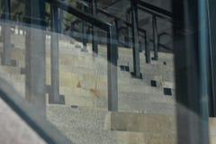 与玻璃液扶手栏杆的楼梯 库存照片
