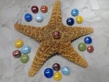 与玻璃珠的海星 免版税库存照片