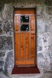 与玻璃的老木门在古老大厦 图库摄影