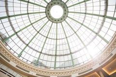 与玻璃的钢结构做的圆顶在迪拜 免版税库存图片