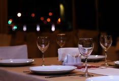 与玻璃的餐馆桌 库存照片