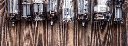 与玻璃真空电子管的葡萄酒背景 与减速火箭的过滤器的照片 库存图片