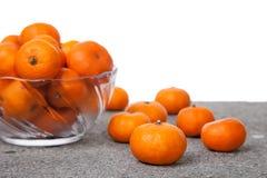 与玻璃碗的新鲜的柑桔果子 库存图片