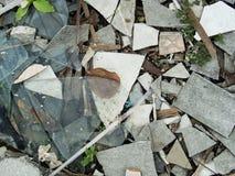 与玻璃窗的腐朽的被放弃的水泥大厦混乱和 免版税图库摄影