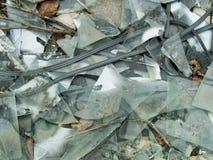 与玻璃窗的腐朽的被放弃的水泥大厦混乱 免版税库存照片