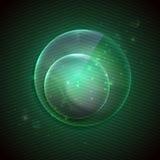 与玻璃透明球形的绿色背景。 免版税库存图片