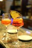 与玻璃酒杯的酒精开胃酒在酒吧 免版税库存图片