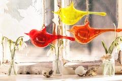 与玻璃鸟和snowdrops的Iterior窗口 免版税库存图片