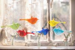 与玻璃鸟和snowdrops的Iterior窗口 库存图片